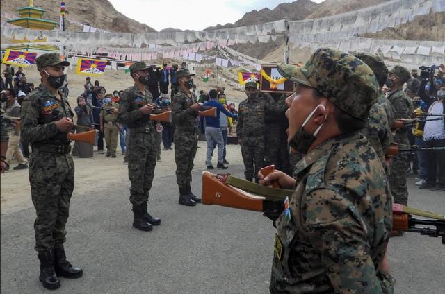 Trung Quốc điều binh sĩ, dàn khí tài tập trận sát biên giới Ấn Độ - 4