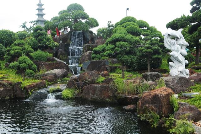 """Đại gia làm hồ cá Koi, đồi nhân tạo bằng 100 tấn """"đá bán quý"""" - 3"""