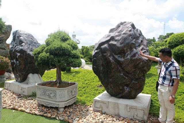 """Đại gia làm hồ cá Koi, đồi nhân tạo bằng 100 tấn """"đá bán quý"""" - 7"""