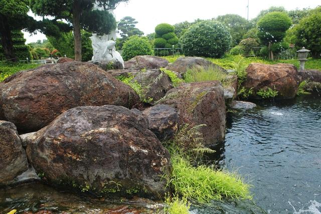 """Đại gia làm hồ cá Koi, đồi nhân tạo bằng 100 tấn """"đá bán quý"""" - 8"""