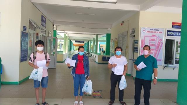 Bệnh nhân mắc Covid-19 vui mừng trong ngày ra viện - 1