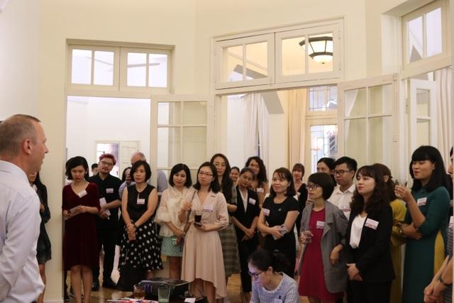 Đại sứ Anh Gareth Ward gặp gỡ 20 học giả Việt giành học bổng Chevening - 1