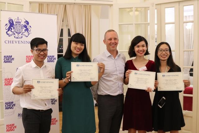 Đại sứ Anh Gareth Ward gặp gỡ 20 học giả Việt giành học bổng Chevening - 2