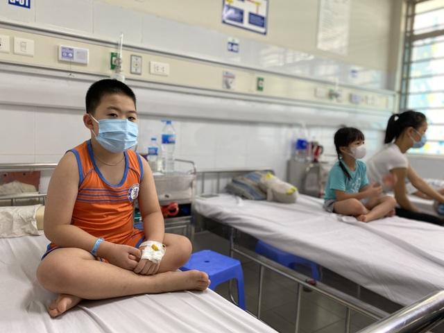 Cao điểm sốt xuất huyết, cha mẹ tuyệt đối tránh sai lầm này khi con bị sốt - 3
