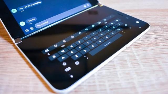 Chùm ảnh thực tế chiếc smartphone 2 màn hình Surface Duo của Microsoft - 7