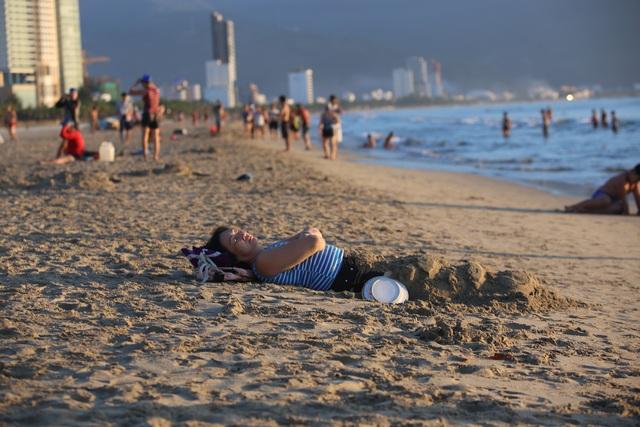 Nhịp sống sôi động đã trở lại trên bãi biển Đà Nẵng - 5