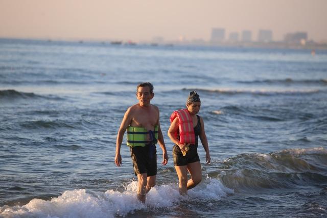 Nhịp sống sôi động đã trở lại trên bãi biển Đà Nẵng - 13