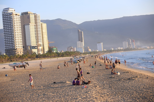 Nhịp sống sôi động đã trở lại trên bãi biển Đà Nẵng - 1