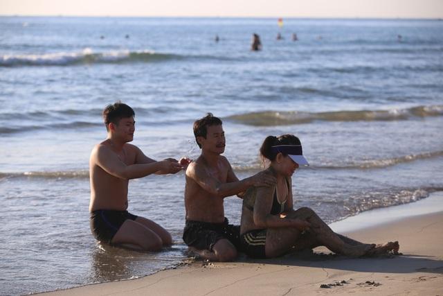 Nhịp sống sôi động đã trở lại trên bãi biển Đà Nẵng - 12