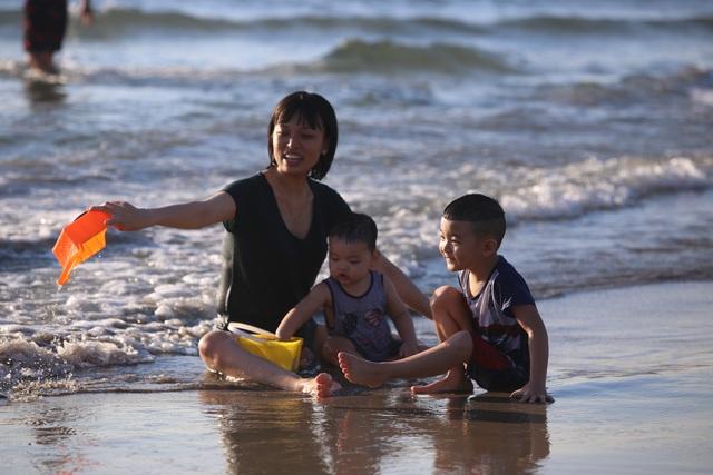 Nhịp sống sôi động đã trở lại trên bãi biển Đà Nẵng - 11