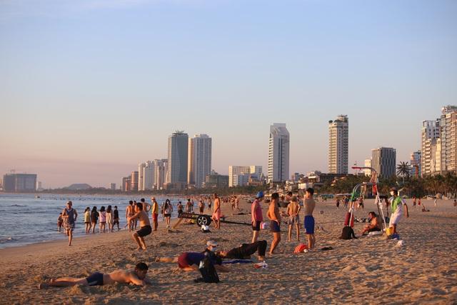 Nhịp sống sôi động đã trở lại trên bãi biển Đà Nẵng - 2