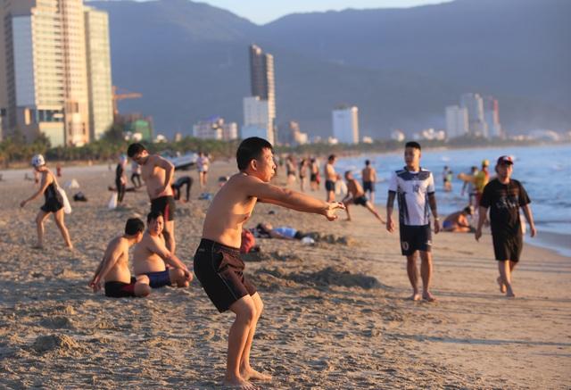 Nhịp sống sôi động đã trở lại trên bãi biển Đà Nẵng - 4