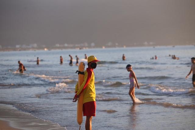 Nhịp sống sôi động đã trở lại trên bãi biển Đà Nẵng - 14
