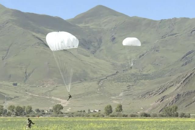 Trung Quốc điều binh sĩ, dàn khí tài tập trận sát biên giới Ấn Độ - 2