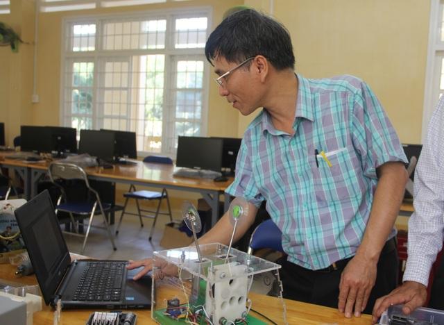 Phú Yên: Thầy giáo trường nghề sáng chế máy trợ thở - 8