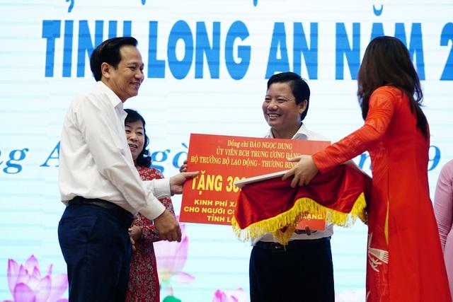 Bộ trưởng Đào Ngọc Dung tặng 300 triệu đồng giúp người có công xây nhà - 5