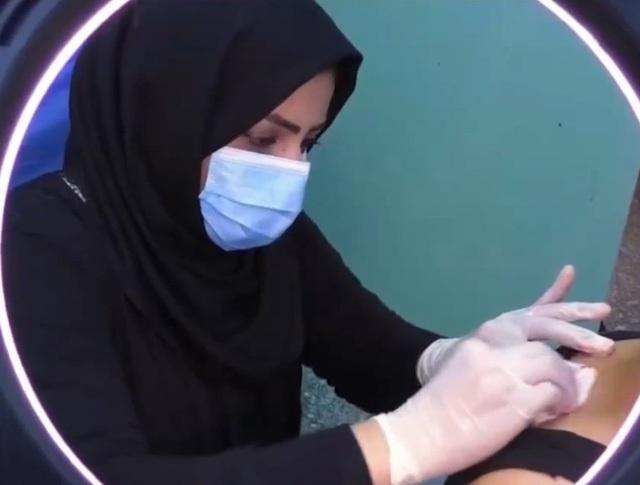 Một phụ nữ Iraq vượt qua định kiến theo đuổi nghề cắt tóc nam - 1