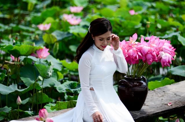 Du khách mê mẩn với đầm sen nở rực ở ngoại thành Sài Gòn - 9