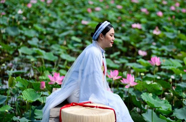 Du khách mê mẩn với đầm sen nở rực ở ngoại thành Sài Gòn - 8
