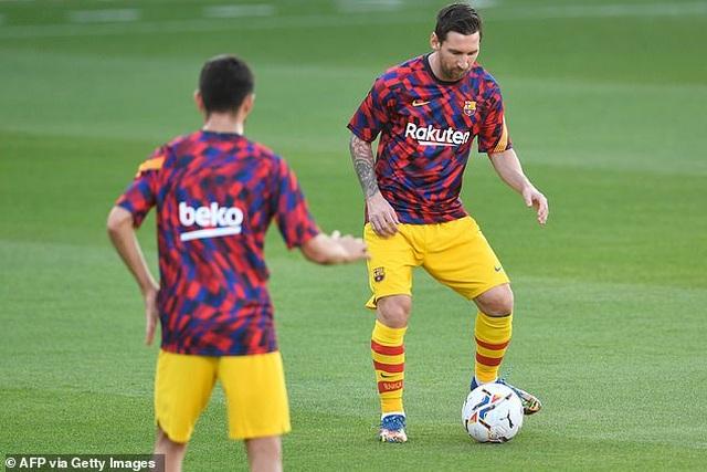 Messi chủ động nhường quyền đá phạt đền cho Griezmann - 1