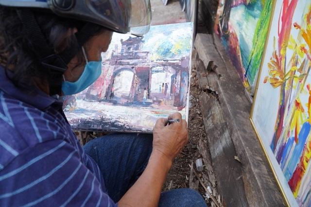 Gặp người họa sĩ nghèo bày bán tranh trên cầu Long Biên - 1