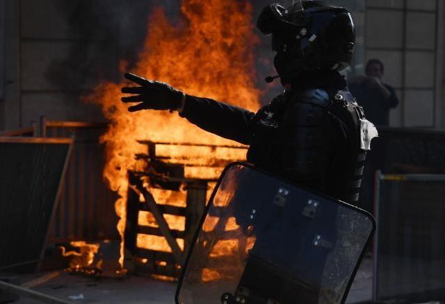 Paris lại rực lửa biểu tình Áo vàng - 2