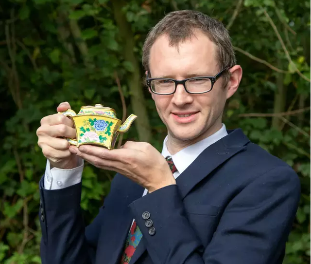 Dọn gác xép, người đàn ông tìm thấy ấm trà cổ trị giá gần 3 tỷ đồng - 2