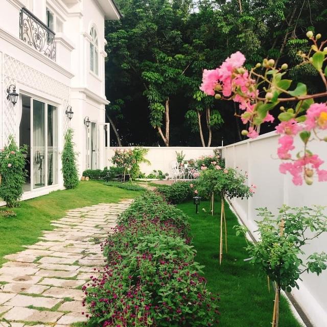 Biệt thự nhà vườn ngập tràn các loại hoa của gia đình ở Bình Dương - 4