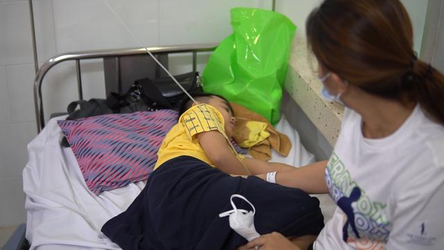 Dùng bữa tại trường, gần 100 học sinh có biểu hiện ngộ độc thực phẩm - 3