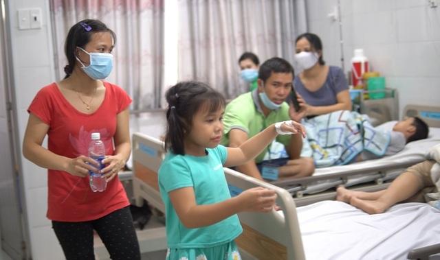 Dùng bữa tại trường, gần 100 học sinh có biểu hiện ngộ độc thực phẩm - 1