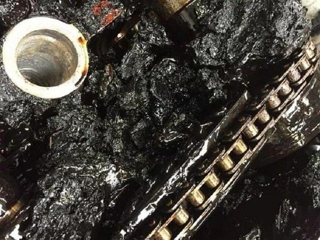 Lười thay dầu xe, bên trong động cơ trông kinh khủng như thế này - 4