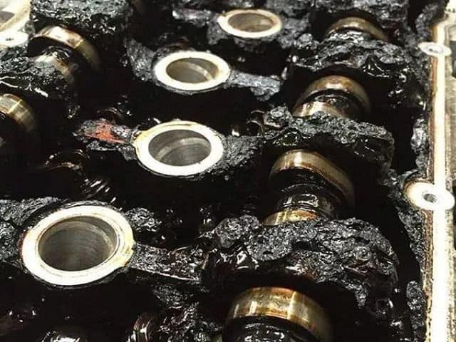 Lười thay dầu xe, bên trong động cơ trông kinh khủng như thế này - 1