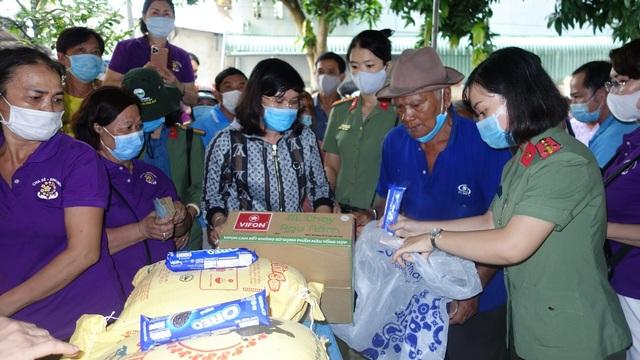 Phu nhân nguyên Chủ tịch nước tặng 1.000 phần quà cho người nghèo - 2