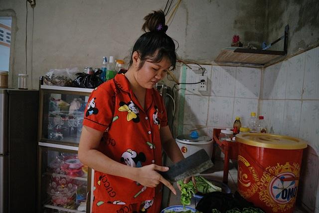 Nữ công nhân chật vật mưu sinh vì công ty cắt giảm nhân sự - 1