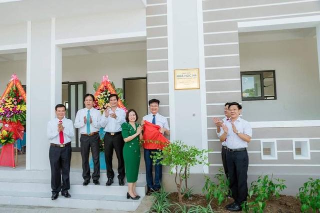 Hai cựu học sinh chi 3 tỷ đồng giúp trường THCS xây 4 phòng học - 1