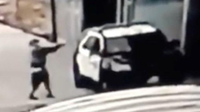Video 2 cảnh sát bị bắn trọng thương trong vụ phục kích tại Mỹ - 1