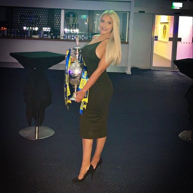 Ra quân thất bại, Leeds vẫn gây ấn tượng với nàng MC xinh đẹp - 3