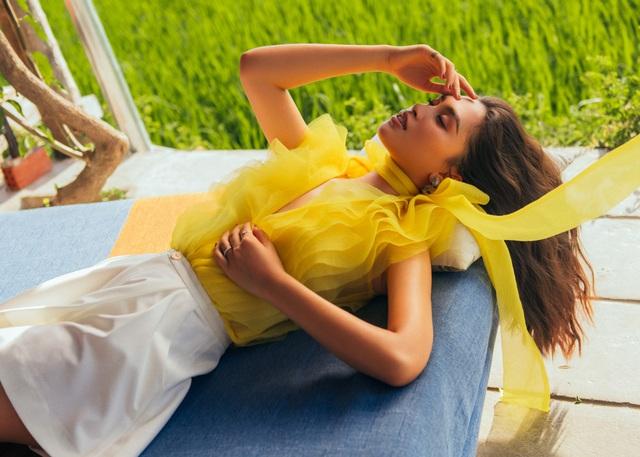 """Hoa hậu Tiểu Vy """"đẹp lạ"""" trong buổi sáng bình dị đến nao lòng ở Hội An - 17"""