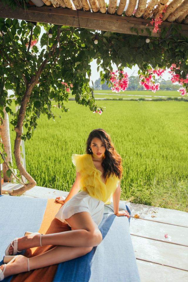 """Hoa hậu Tiểu Vy """"đẹp lạ"""" trong buổi sáng bình dị đến nao lòng ở Hội An - 16"""