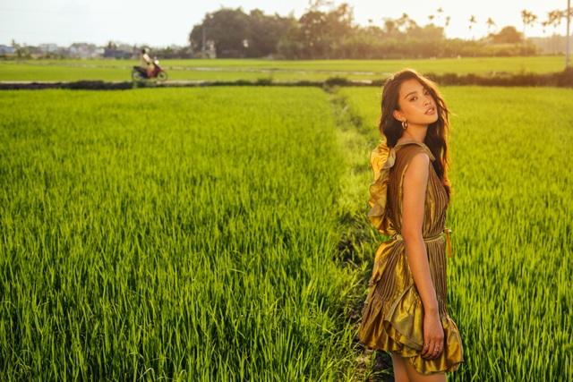 """Hoa hậu Tiểu Vy """"đẹp lạ"""" trong buổi sáng bình dị đến nao lòng ở Hội An - 19"""