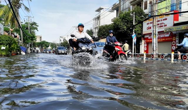 Con đường ngập suốt nửa ngày sau cơn mưa ở Sài Gòn - 1