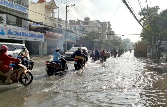 Con đường ngập suốt nửa ngày sau cơn mưa ở Sài Gòn - 2