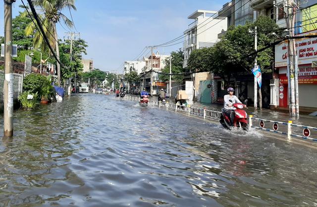 Con đường ngập suốt nửa ngày sau cơn mưa ở Sài Gòn - 3