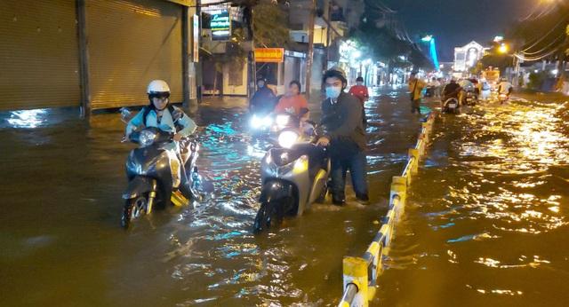 Con đường ngập suốt nửa ngày sau cơn mưa ở Sài Gòn - 6