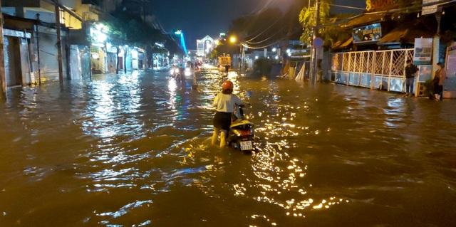 Con đường ngập suốt nửa ngày sau cơn mưa ở Sài Gòn - 7