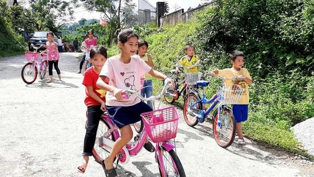 Nhiều món quà ý nghĩa đến với học sinh nghèo vượt khó tại vùng biên giới - 2
