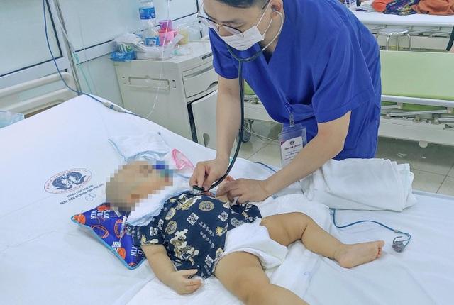 Trượt chân ngã cầu thang, bé trai 11 tháng tuổi bị kéo đâm trúng đầu - 2