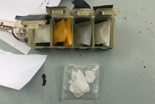 Thanh niên thủ súng ngắn đi bán ma túy cho con nghiện - 2