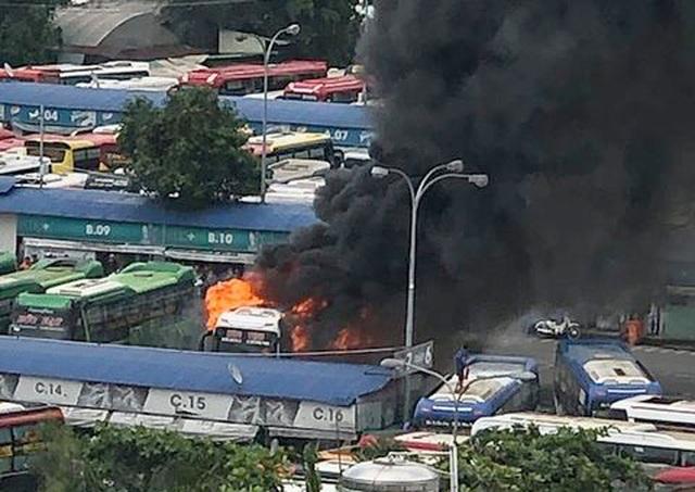 Xe khách cháy ngùn ngụt trong Bến xe Miền Đông - 1