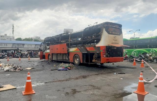 Xe khách cháy ngùn ngụt trong Bến xe Miền Đông - 3
